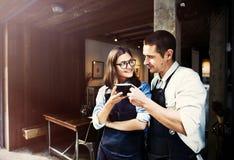 Concetto del negozio di Partner Working Coffee di barista immagine stock libera da diritti