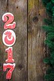Concetto del nuovo anno Figura 2017 dal pan di zenzero, ramo su un fondo di legno, spazio dell'abete per testo Fotografie Stock