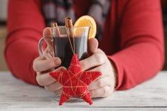Concetto del nuovo anno o di Natale Il vin brulé e le spezie su vecchio corteggiano immagini stock libere da diritti