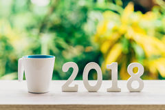 Concetto del nuovo anno per 2018: Il legno numera 2018 sul piano d'appoggio di legno Immagini Stock