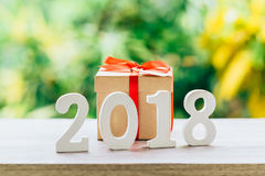 Concetto del nuovo anno per 2018: Il legno numera 2018 sul piano d'appoggio di legno Fotografia Stock