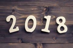 Concetto del nuovo anno per 2018: Il legno numera 2018 sulla parte posteriore di legno della tavola Immagine Stock Libera da Diritti