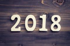 Concetto del nuovo anno per 2018: Il legno numera 2018 sulla parte posteriore di legno della tavola Fotografia Stock