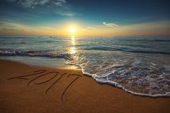 Concetto 2017 del nuovo anno sulla spiaggia del mare Immagini Stock Libere da Diritti