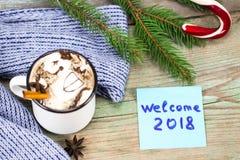 Concetto 2018 del nuovo anno Tazza di caffè e nota appiccicosa sulla linguetta di legno Immagini Stock Libere da Diritti