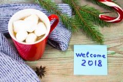 Concetto 2018 del nuovo anno Tazza di caffè e nota appiccicosa sulla linguetta di legno Fotografia Stock