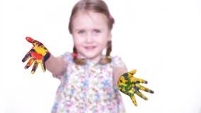Concetto del painitng e di arte - la rappresentazione della bambina ha dipinto le mani video d archivio
