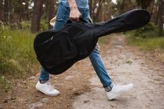 Concetto del passeggiatore di LIFE-Nature dell'uomo del giocatore di chitarra fotografie stock libere da diritti
