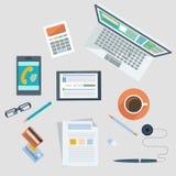 Concetto del posto di lavoro con i dispositivi e gli elementi dell'ufficio Immagine Stock