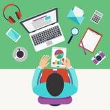 Concetto del posto di lavoro dell'ufficio, funzionamento dello sviluppatore Immagine Stock