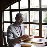 Concetto del posto di lavoro di Reading Book Ideas dell'uomo d'affari Fotografia Stock