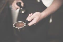 Concetto del professionista di Coffee Brewing Grind di barista immagine stock