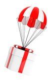 Concetto del regalo Paracadute con il contenitore di regalo Fotografia Stock