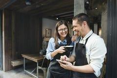 Concetto del ristorante di Coffee Shop Service di barista delle coppie fotografia stock libera da diritti