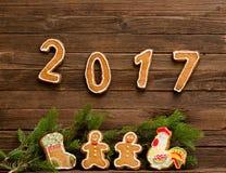 Concetto del `s di nuovo anno La figura nel 2017 e ramo dell'abete del pan di zenzero Fotografia Stock