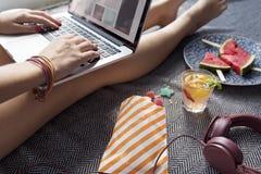 Concetto del sito Web di Internet di lettura rapida della donna Fotografia Stock