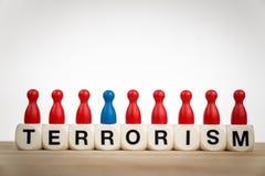 Concetto del terrorismo con i dadi del giocattolo ed il pegno diversamente colorato fotografia stock libera da diritti