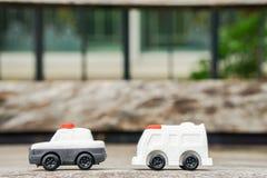 Concetto del trasporto - il volante della polizia ed ambulance van toy svegli modellano per il bambino Immagini Stock