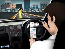 Concetto del veicolo e del trasporto - uomo che per mezzo dello Smart Phone mentre conducendo l'automobile Immagine Stock