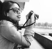 Concetto del viaggiatore di Hipster Street Ware del fotografo della donna immagini stock libere da diritti