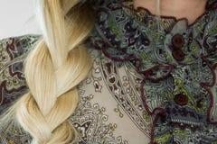 Concetto dell'acconciatura alla moda Primo piano di una donna bionda con i capelli della treccia immagine stock libera da diritti