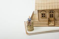 Concetto dell'acquisto e dell'assicurazione dell'alloggio Case del bene immobile?, appartamenti da vendere o per affitto Monete d Fotografia Stock