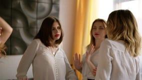 Concetto dell'addio al nubilato Le ragazze con rossetto rosso e le camice bianche stanno ballando Movimenti regolari Languido e r stock footage