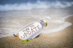 Concetto dell'aggiornamento del messaggio in una bottiglia fotografia stock
