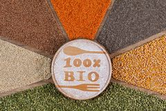 Concetto dell'alimento biologico e bio- - con interi variopinti ed i cereali nella disposizione radiale immagini stock