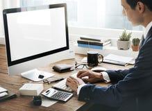 Concetto dell'area di lavoro dei dispositivi di Digital di analisi di contabilità fotografia stock libera da diritti