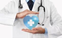Concetto dell'assicurazione malattia, incrocio e simbolo medici del cuore immagini stock libere da diritti
