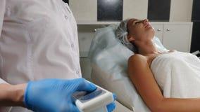 Concetto dell'attrezzatura medica Clinica di bellezza Pulsante della mano femminile per sistemare lo strato dell'esame con un paz video d archivio