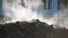 Concetto dell'innovazione delle utilità sotterranee il vapore scoppia della terra L'escavatore scava un foro per determinare archivi video