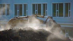 Concetto dell'innovazione delle utilità sotterranee il vapore scoppia della terra L'escavatore scava un foro per determinare video d archivio
