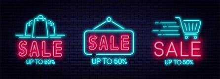 Concetto dell'insegna al neon di vendita, di vendita e di sconto Metta delle insegne al neon d'ardore per il commercio elettronic royalty illustrazione gratis