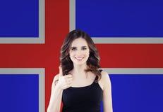 Concetto dell'Islanda con la donna felice contro i precedenti islandesi della bandiera Viaggio ed imparare lingua islandese fotografia stock libera da diritti