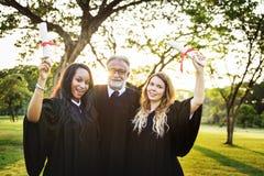 Concetto dell'istituto universitario del certificato di successo di celebrazione di graduazione Fotografia Stock Libera da Diritti
