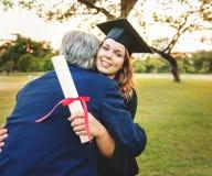 Concetto dell'istituto universitario del certificato di successo di celebrazione di graduazione Fotografie Stock Libere da Diritti