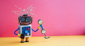 Concetto dell'operatore di call center di servizio di assistenza al cliente Assistente amichevole del robot con il retro telefono fotografia stock
