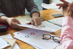 Concetto dell'ufficio che lavora, lavoro di squadra di finanza e di affari degli uomini d'affari che discutono business plan nell immagini stock libere da diritti