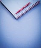 Concetto dell'ufficio del libro di esercizi controllato spazio in bianco rosso della penna Fotografie Stock