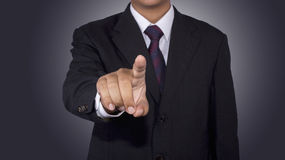 Concetto dell'uomo d'affari che spinge lo spazio in bianco di tocco con fondo nero Fotografia Stock Libera da Diritti