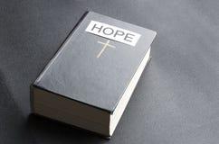 Concetto della bibbia santa come simbolo di speranza fotografia stock libera da diritti