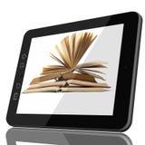 Concetto della biblioteca di Digital - riduca in pani il computer ed il libro aperto sul ghiaione fotografia stock