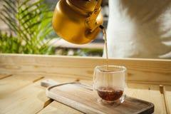 Concetto della caffetteria con il caffè servente della mano fotografia stock