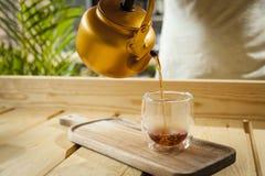 Concetto della caffetteria con il caffè servente della mano fotografie stock libere da diritti