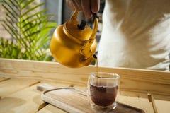 Concetto della caffetteria con il caffè servente della mano immagine stock