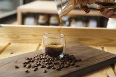 Concetto della caffetteria con il caffè servente della mano fotografia stock libera da diritti