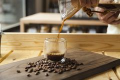 Concetto della caffetteria con il caffè servente della mano fotografie stock