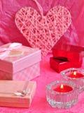 Concetto della carta di giorno di biglietti di S. Valentino, regalo del biglietto di S. Valentino, candele, regali, sorprese, amo Immagini Stock